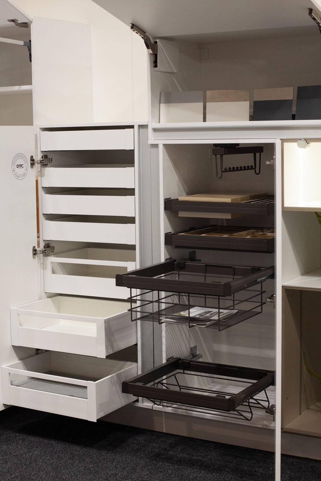 Furnitūra: stalčiai, pakėlimo sistemos, daiktų laikymo prekės